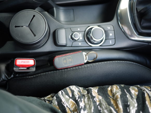 車内の隙間に物を落とさない隙間埋めクッション